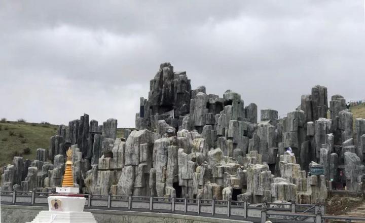 色达天葬台对于很多游客来说是一个充满好奇又充满神秘感的神圣的地方,到色达自驾游最惹人记忆的点,莫过于佛学院和天葬台,但是对于超脱生命的地方,总是忍不住惹人心悸