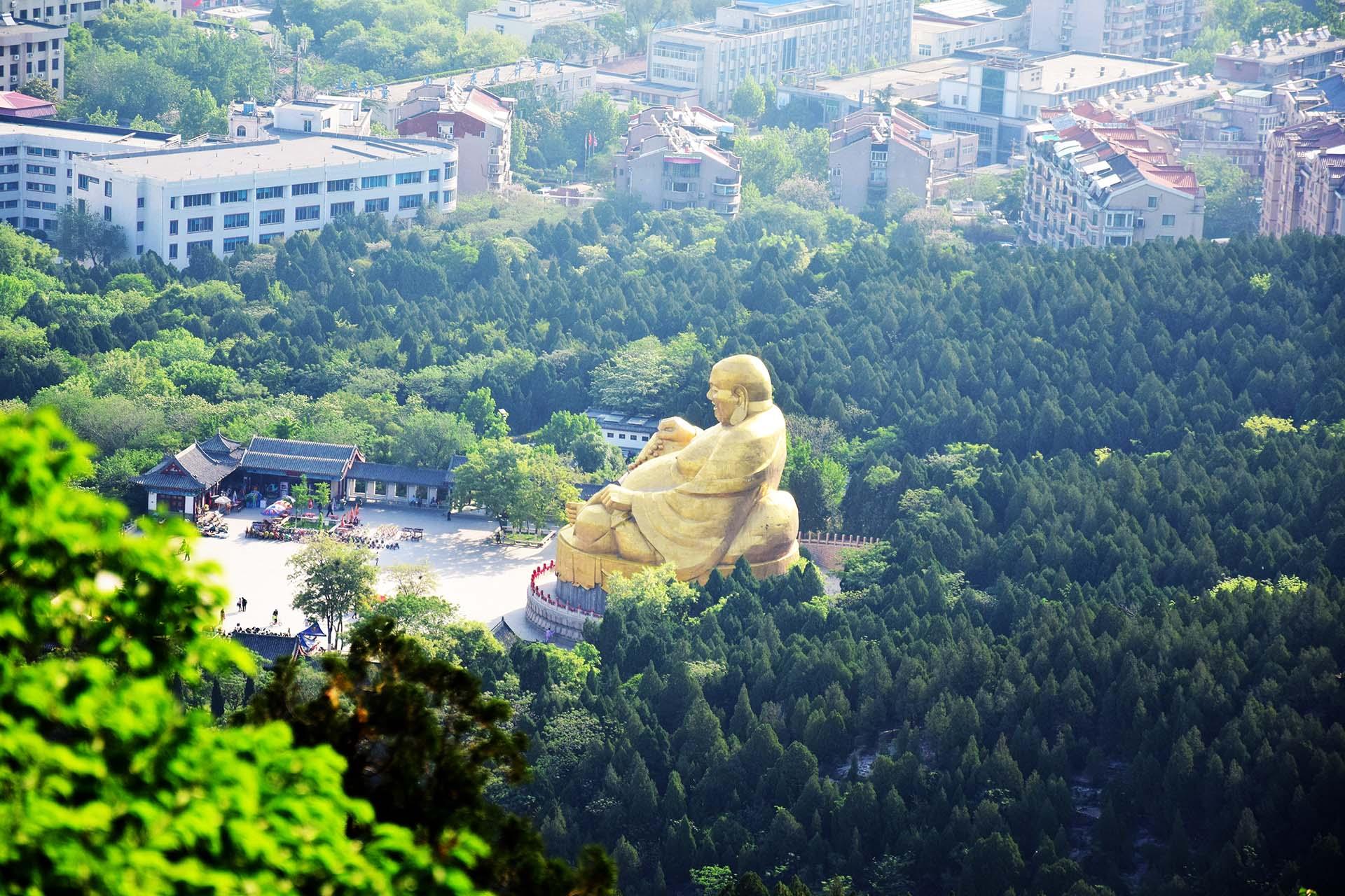 """千佛山坐落于济南市区南部,与趵突泉、大明湖并称为""""济南三大名胜""""。千佛山属泰山余脉,虽然山并不高,但仍然峰峦起伏、林木茂盛,更因古代的众多佛像石刻而出名。在这里你可以进入拥有将近三万尊佛像的万佛洞一探佛教秘境,或是去兴国禅寺进香祈福,而登上山顶可俯瞰济南市区全景,风光无限。"""