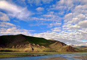 """马泉河,雅鲁藏布江源头,源于形似骏马鸣嘶的口中喷流直下而得此美名。藏语称""""当却喀拨"""",流自神山冈仁波齐东南部,流经仲巴县境内时称""""玛藏河"""",自萨嘎开始称之为""""雅鲁藏布江""""。在其流域有麻庞布莫卡、色日竹木卡等,都是古象雄十八部的重要城堡。至今我们在这些犹存的古城堡遗址中依稀可见当年古代象雄强盛的情景。"""