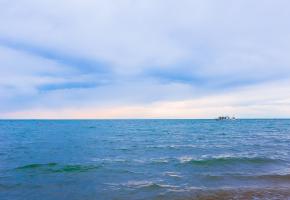 博斯腾湖又名博湖,古称为西海,位于新疆巴音郭楞蒙古自治州,是中国最大的内陆淡水湖,也是新疆第一大湖。湖区周边环境优美,有随风荡漾的大片芦苇、有神似海滨的阳光沙滩,还有幽静的湿地渔村等,游客来此可以观赏新疆难得一见的湿地和海滨风光,还可以乘船游湖、在渔村品味美食等,是新疆当地避暑休闲、观光度假的热门选择。