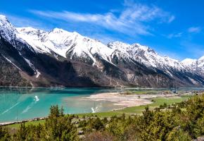帕隆藏布江是中国的雅鲁藏布江主要支流之一,它发源于西藏八宿县然乌湖。主要由两条二级支流汇合而成,涓涓流水,自东向西,经波密、通麦等地后,水流量逐渐加大,到通麦附近有易贡藏布汇入,转向南流于觉东 、在大拐弯处注入雅鲁藏布江。