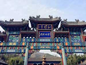 """红螺寺是我国北方最大的佛教园林,有""""南有普陀,北有红螺""""的说法,自古便是北京地区拜佛祈福的圣地。红螺寺分为两部分,一为大殿附近的红螺寺主寺区和五百罗汉林,另一片是山顶的观音庙;传说观音庙求子极为灵验,红螺寺求姻缘特别灵验。""""御竹林""""、""""雌雄银杏""""、""""紫藤寄松""""被称为红螺寺三绝景。寺内古树参天, """"春看花、夏避暑、秋观红叶、冬赏岁寒三友""""是红螺寺的特点。"""