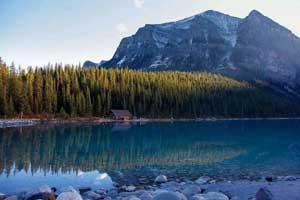 """光岩风景区位于湛江市区西南部约19公里处,湖光岩大约形成于20万年前,是我国现存的三座火山湖之一。这里的地质特征兼有海岸地貌、构造地质地貌等多种地质遗迹,自然风光极好。湖光岩为中国玛珥湖的典型代表,湖底的沉积物真实的记录了十多万年以来古气候、古环境的变化情况,蕴藏着丰富的热带亚热带气候环境的变化的信息,被专家们誉为""""天然环境变迁年鉴""""。"""