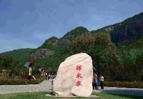 薛家寨革命旧址是薛家寨保卫战的战斗遗址,中国工农红军曾在此驻留。其位于陕西省铜川市耀州区照金镇政府东约5公里的田玉村秀房沟。传说薛刚反唐时曾屯兵于此,因以得名。