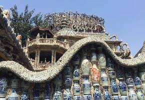 瓷房子是一座动用了无数私藏古瓷器、古董装饰而成的法式建筑。房子的墙上密密麻麻贴满了精美的中国古代瓷器,庭院和楼内堆满了古董,整幢房子用了4000多件古瓷器、400多件汉白玉石雕、40多吨水晶石与玛瑙、7亿多古瓷片,所用瓷器的年代从汉代一直跨越到清代,中国所有官窑、民窑瓷的种类这里几乎都有。