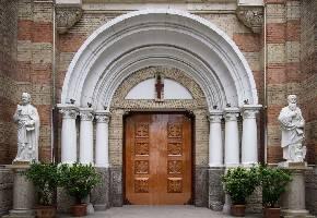 西开教堂始建于1917年,是天主教天津教区的主教堂。教堂建筑风格庄重大气,教堂内的雕塑也都繁复精美,另外弥撒和天主教节日的活动对外开放,可以参与其中,感受浓厚的宗教氛围。是天津市最大的罗马式建筑,也是天主教天津教区的主教座堂。