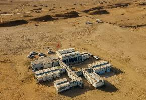"""青海冷湖火星营地是中国首个火星模拟基地,在青海省海西州茫崖市冷湖地区。""""火星营地""""坐落于中国四大盆地之一的柴达木盆地边缘,占地面积约5.3公顷,睡眠舱可容纳60人住宿。"""
