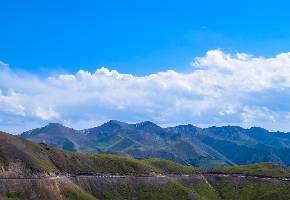 """伊昭公路是古代丝绸之路""""弓月道""""的其中一段,其道路险峻异常,行走其间仿佛穿行在白云之上,公路傍河而建,路边是缓缓的绿色的山坡。全长180公里,北起伊犁哈萨克自治州的昭苏县的夏特牧场,南至阿克苏地区温宿县的破城子的夏特古道,沟通天山南北,风景如画处处充满生机、活力。"""