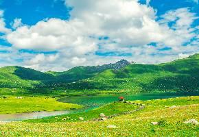 """玉科草原位于四川甘孜州道孚县境内,距县城65千米,融蓝天、白云、雪山、林木、草原、溪流为一体,被誉为""""康巴阿勒泰""""。玉科草原面积大而平坦,间以森林,十分迷人,是极为罕见的天然画卷。号称""""高原花园""""的玉科草原上,矗立着一些保存完好的古石雕,散布着多处宜身的温泉。"""