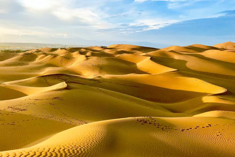 去库木塔格沙漠自己开车一趟300元,相对的时间和景点比较自由,和鸣沙山比,我喜欢这里,因为真的没有人,但是需要到第二段,第一段靠近大门口的人很多,黄昏特别适合拍照。