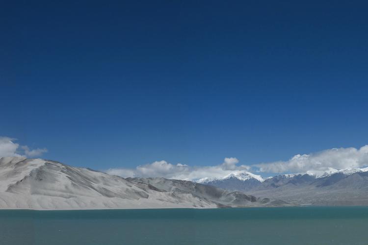 白沙湖。一直往南,来到海拔3320米的白沙湖,蓝天白云,湖水清澈,令人心旷神怡。神圣的雪山湖一望无边的感觉就是风景不同,明珠镶嵌宝石。