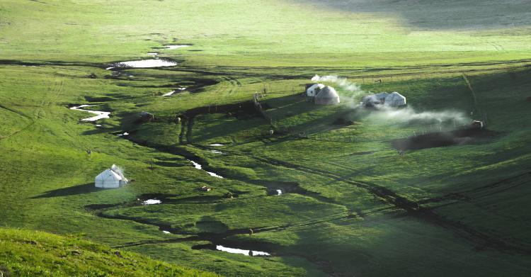 喀拉峻草原,真不愧大美喀拉峻! 由于当时时间紧凑所以去草原只玩了东喀拉峻,听当地人说其实核心景观都在东喀拉峻。听说的是那个鲜花台、猎鹰台、三级夷平面、库尔代大峡谷几条徒步路线都走了,确实非常棒,不虚此行。