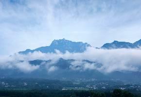 """天柱山位于安徽潜山县,山清水秀,素以""""峰雄洞幽、松奇石怪""""而著称,是世界地质公园。可以登上山巅遥赏天柱峰、走走惊险的青龙背,或是去看险关古寨、去神秘谷一探究竟,还可以俯瞰美丽的炼丹湖,而天柱山云海也是一大绝美胜景。春、夏、秋季是游天柱山的最佳季节。"""