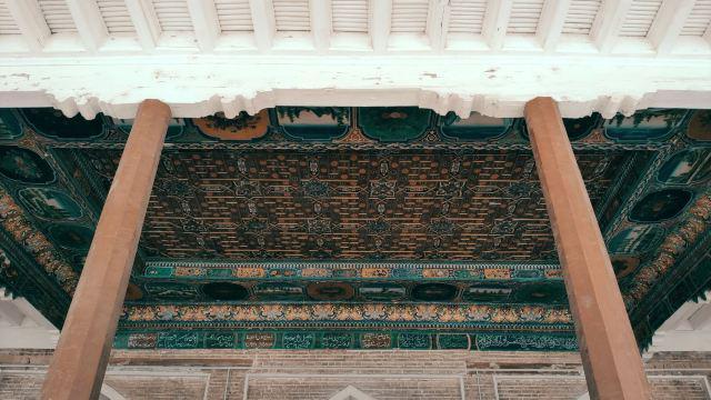 香妃墓是文青驴友打卡地,这里的香妃实际上是伊斯兰教某个圣裔家族的陵墓,整座墓都是伊斯兰教的绿白的主题色和建筑。