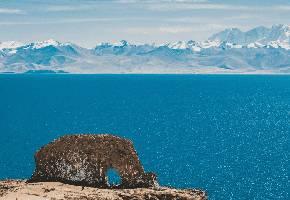 圣象天门位于西藏那曲地区班戈县青龙乡5村境内 ,圣湖纳木措北部恰多朗卡岛上。圣象天门,因这里的湖边有一座形似大象汲水的小山而得名。山上远远的看去纳木错的湖岸线形成了两个完美的弧形,弧形的中间突兀耸立着一块巨石,近看像极了一头大象。