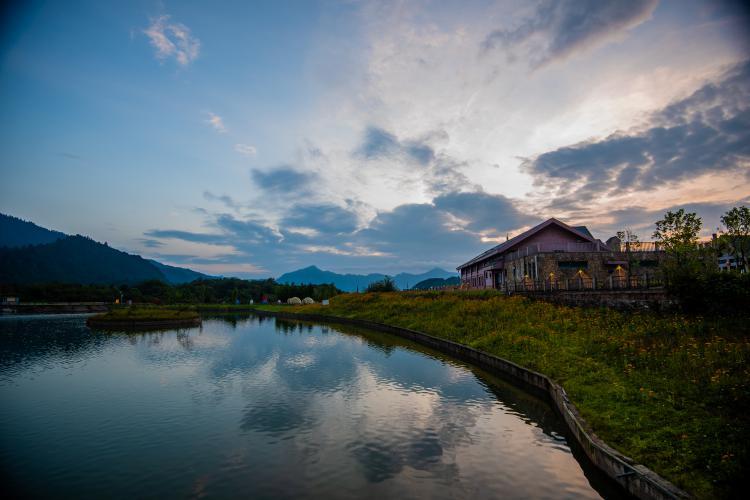 西岭雪山自驾游在成都大邑县,相对比春天来说,西岭雪山冬天才是它的主场,看雪玩雪的地方,但是春夏是个不错的散心之地,所到之处皆为绿色