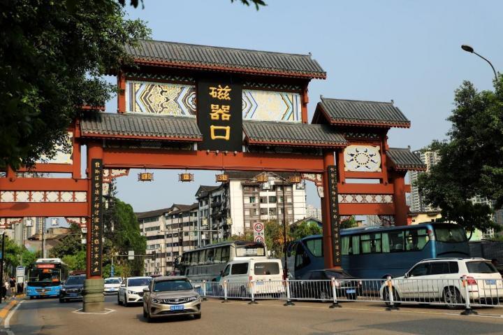 去重庆自驾游少不了去磁器口,也算是重庆市区著名的打卡地之一,但是就是节假日人太多了,也没法控制人流,因为不要门票,就会导致街道人挤人,没有乐趣了