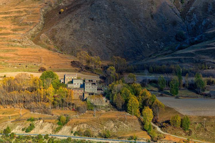 新都桥镇自驾游是川西旅游的必去之地,摄影者的天堂,川藏线最美的风景线,自驾旅行的必经之路,游人聚集的地方,到圣地前洗涤心灵的窗口,无比美丽。