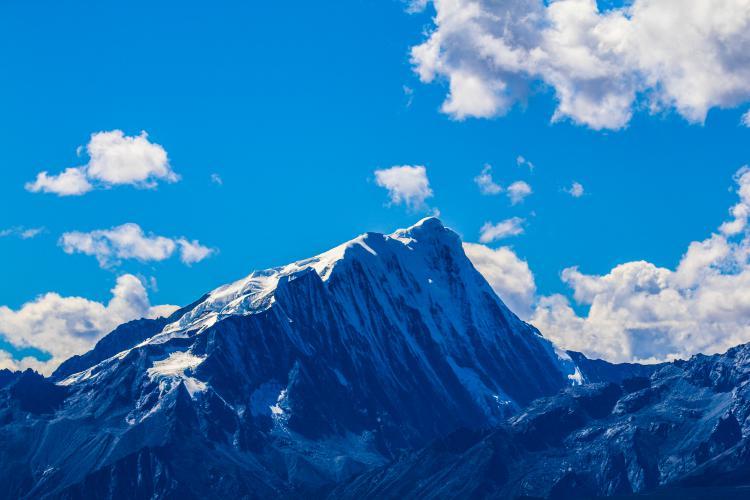 """格聂神山大部分位于理塘县境内,它也不像""""蜀山之王""""的贡嘎和""""蜀山后""""的幺妹峰那么容易到达和看到,而前两个峰更是隐秘且不为人所知。"""