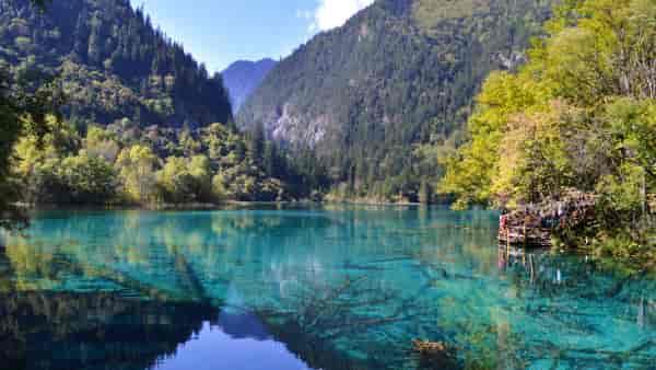"""九寨沟五花海,位于四川省阿坝藏族羌族自治州九寨沟风景区的中心地带,五花海在秋季的时候是最美的,景色堪称以""""九寨沟一绝""""、""""九寨精华""""而著称,是九寨沟的骄傲。"""