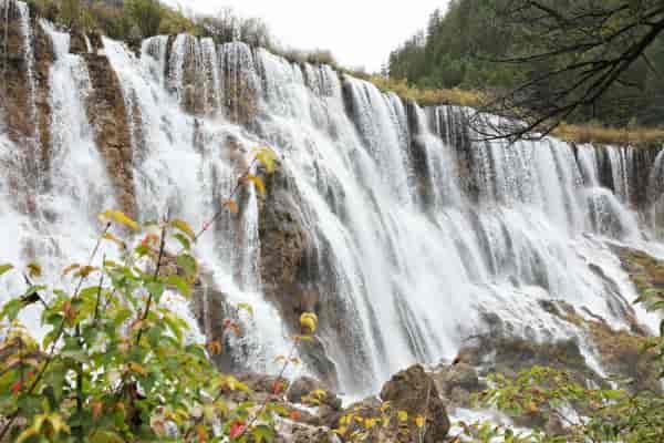诺日朗瀑布就是传说中的西游记片尾曲拍摄地,去的时候水量还算比较大,从边上的步道走过一不小心都会打湿衣服的那种。