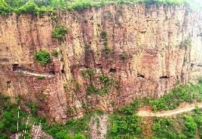 """回龙隧道也是挂壁公路,总长度8公里,隧道1000多米,从1997年11月开工,2002年1月10日通车,在中国筑路史上都很少见,这也体现了中国劳动人民改变贫困的决心,焕发出了惊人的创造力。回龙隧道的通车也连通了锡崖沟的青峰围,为世人展现""""老爷顶风景区""""的精华。"""