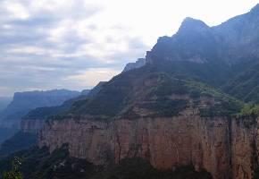 锡崖沟景区位于王莽岭景区南端落差1000多米的深谷之中,锡崖挂壁路被称为世界奇观。大山的阻隔同时也造就了一个世外桃源,该区谷底阡陌交通,沔桥流水,田畦青翠,民风纯朴,自然风光秀丽,村中有一个南北走向的大峡谷垂直分开,一股清泉从壁间飞流而下,云雾飘渺,蔚为壮观。锡崖沟景区也是一个世外桃源,景点有挂壁公路、祥龙出谷、一柱擎天、青龙湖、双桥烟雨等。
