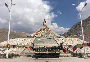 """巴仑台黄庙位于和静县巴仑台镇老巴仑台沟内,海拔1450米,是一座规模宏伟的喇嘛寺院。素有""""小布达拉宫""""之称,宗教法名""""夏尔布达尔杰楞"""",意为""""黄教圣地"""",为1887年满汗王的父亲布彦蒙库在位时的建筑。"""