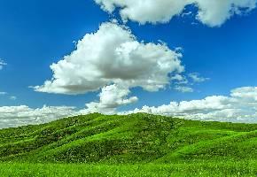 敖包山位于黑龙江省西北部讷河市二克浅乡境内,属小兴安岭余脉。敖包,其实是给草原上牧民指路的一种用大块石头垒成的建筑。一般为了醒目,周围会系着许多五色丝带。游客如果亲手垒一块石头上去,并绕其三圈,可企求神灵保佑,一生不迷失方向。