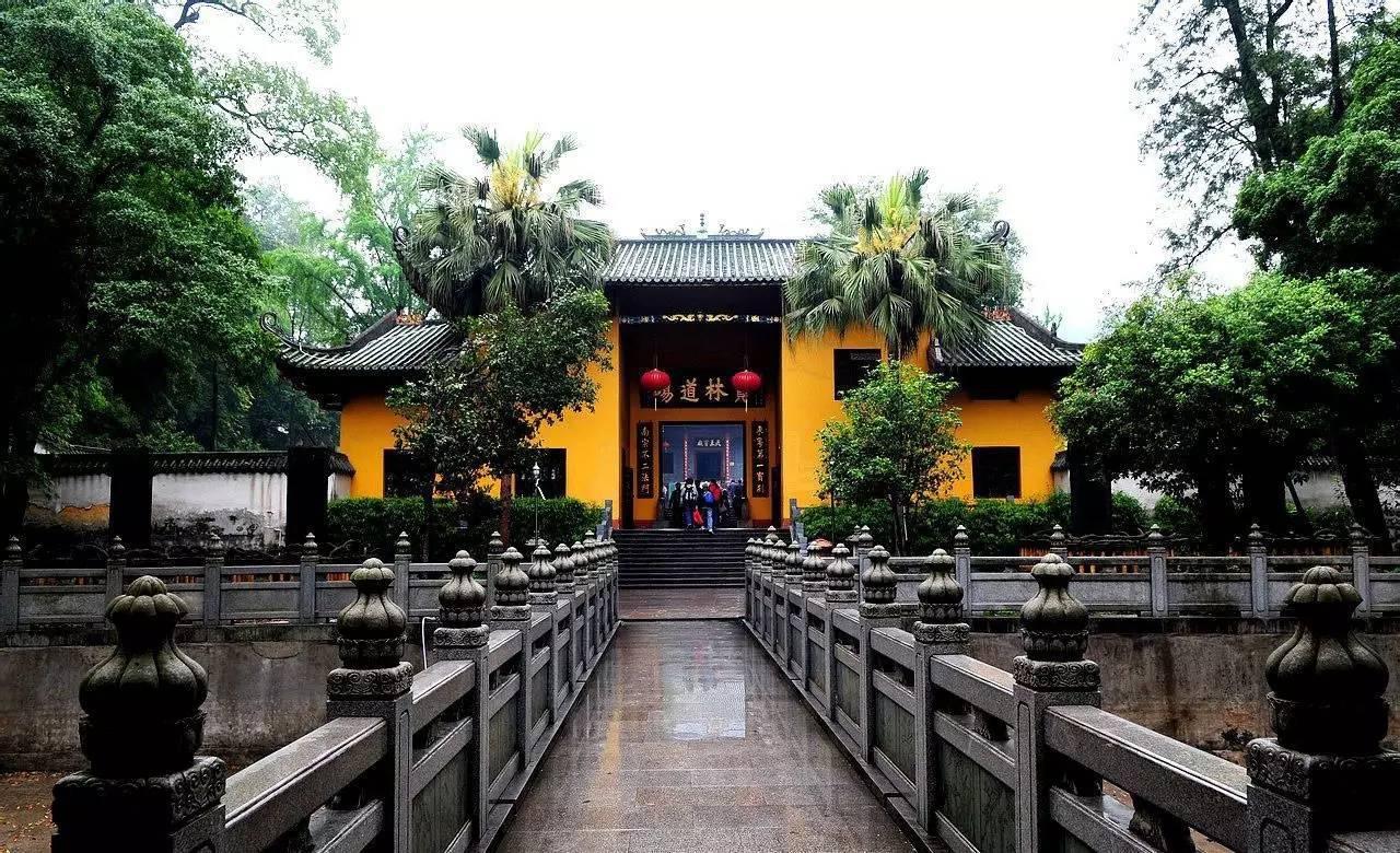 """南华寺是中国佛教名寺之一,是禅宗六祖惠能宏扬""""南宗禅法""""的发源地。南华寺始建于南北朝梁武帝天监元年(公元502年),至今已有1480多年历史。寺院的前部是曹溪门,放生池,五香厅,宝林门。中部是主体大雄宝殿及天王殿,钟鼓楼,藏经阁。后部是宋代灵照塔和南华寺的精华所在六祖殿。"""