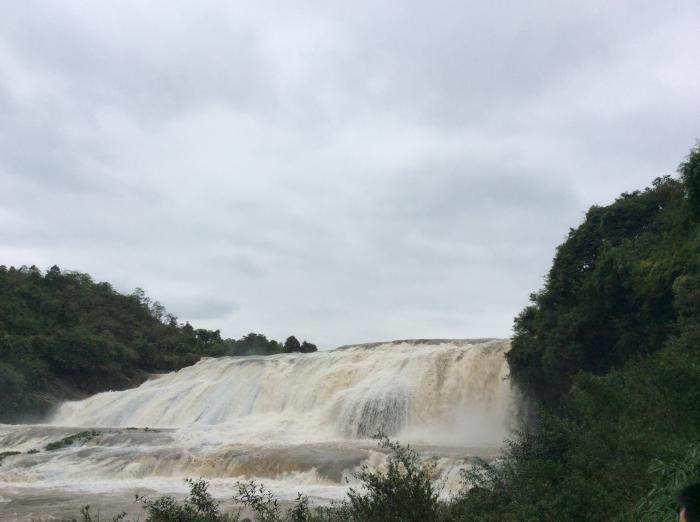 黄果树瀑布又称九天飞瀑,淙流绝壁散,虚烟翠涧深,